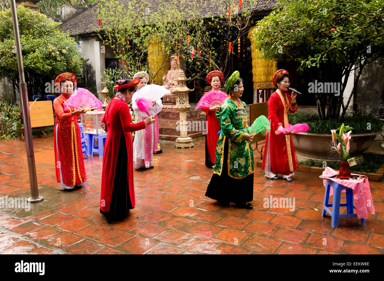 Ho Chi Minh complex, 6 classically dresses women perform traditional dance routine. - Stock Image