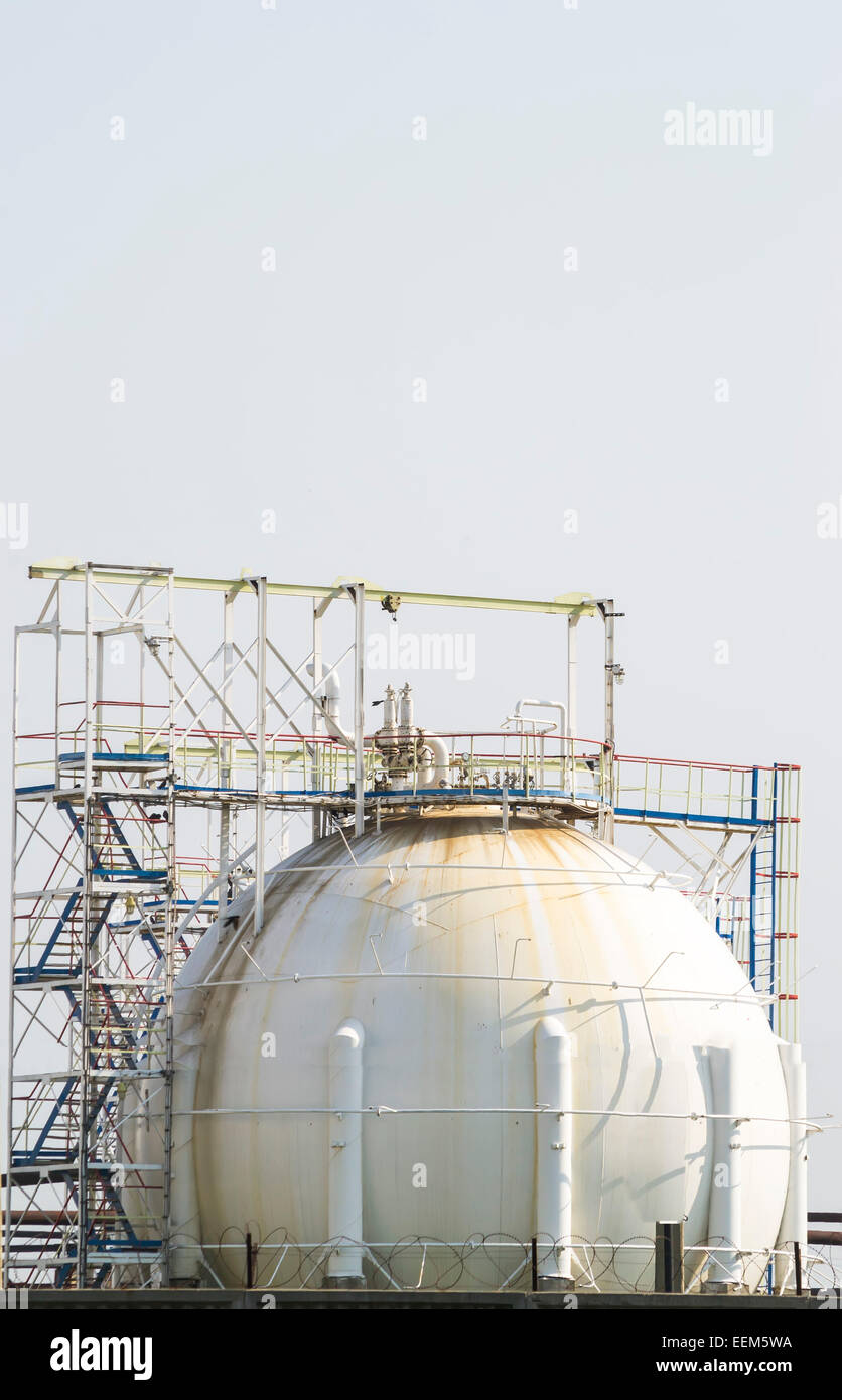 Fuel tank used for storage of petrochemical products from an oil and