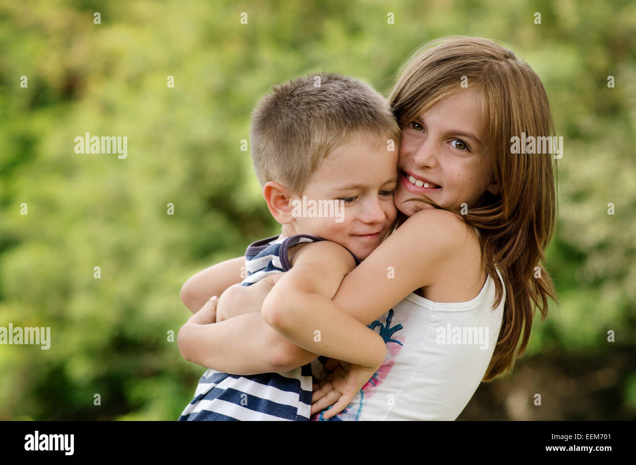 Bulgaria, Siblings (4-5, 8-9) hugging - Stock Image