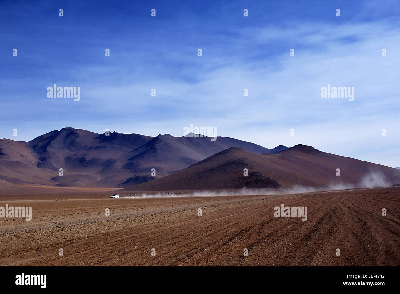 Car Driving through the desert, Siloli, Potosi, Bolivia - Stock Image