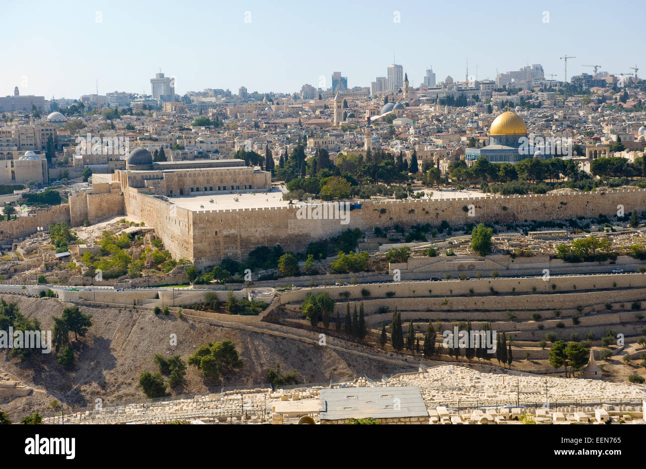 The temple mount with the al-aqsa mosque and the dome of the rock seen from the mount of olives - Stock Image