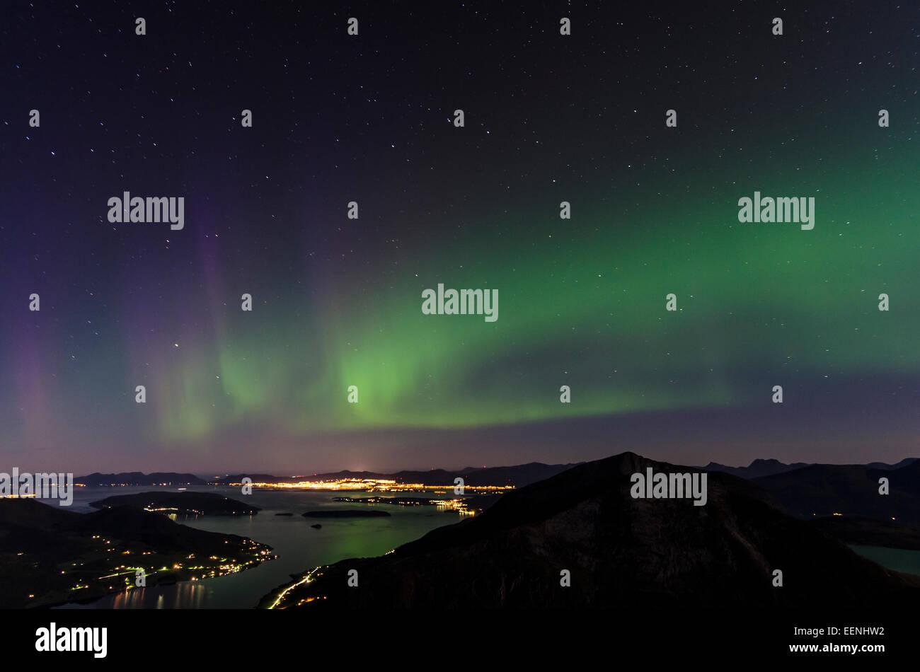 Nordlicht (Aurora borealis) ueber dem Moldefjord und der Stadt Molde, Moere und Romsdal Fylke, Vestland, Norwegen, - Stock Image