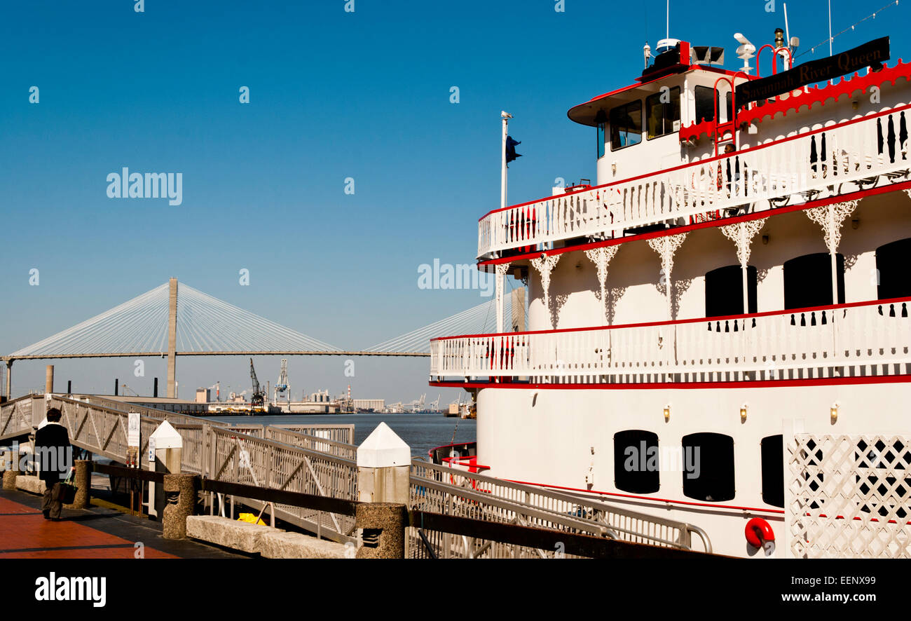 The Georgia Queen Paddle Boat on the Savannah River, with the Talmadge Memorial Bridge in the background. - Stock Image