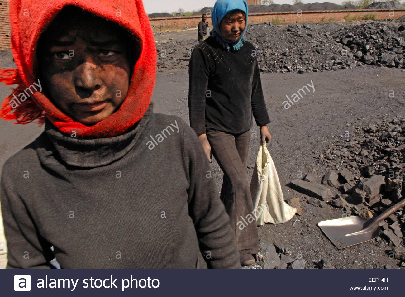 Workers sort and separate smoke, coal and anthracite (smoke-free coal) at a coal mine near Yinchuan (Ningxia province). Stock Photo