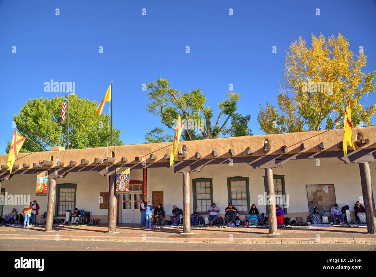Indian Market, Governor's Palace (built 1610), Plaza of Santa Fe, Santa Fe, New Mexico, USA - Stock Image