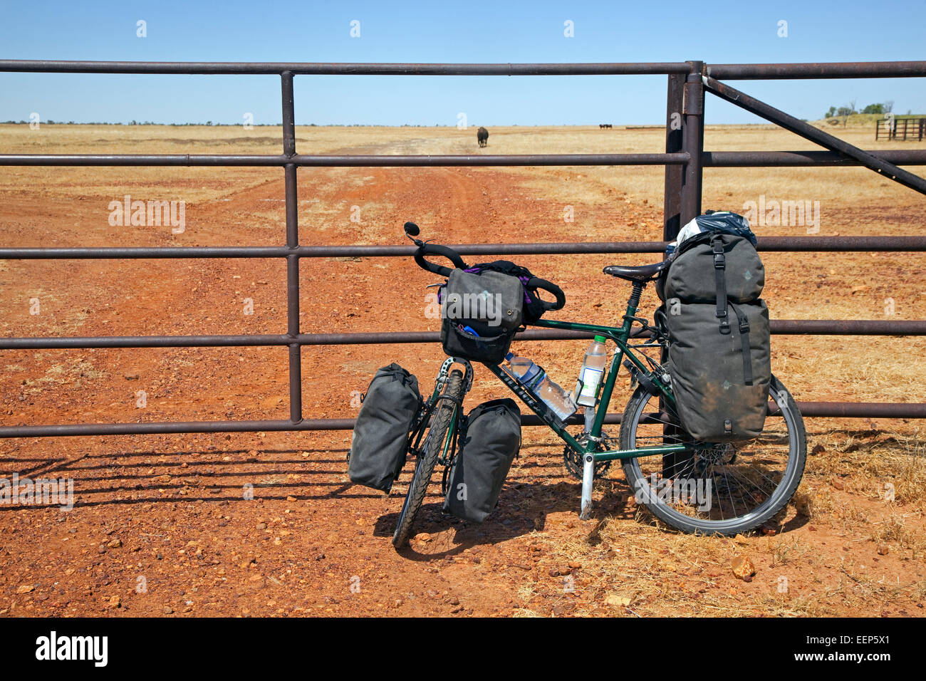 Touring bicycle equipped with panniers and handlebar bag in the  Australian outback, Northern Territory, Australia - Stock Image