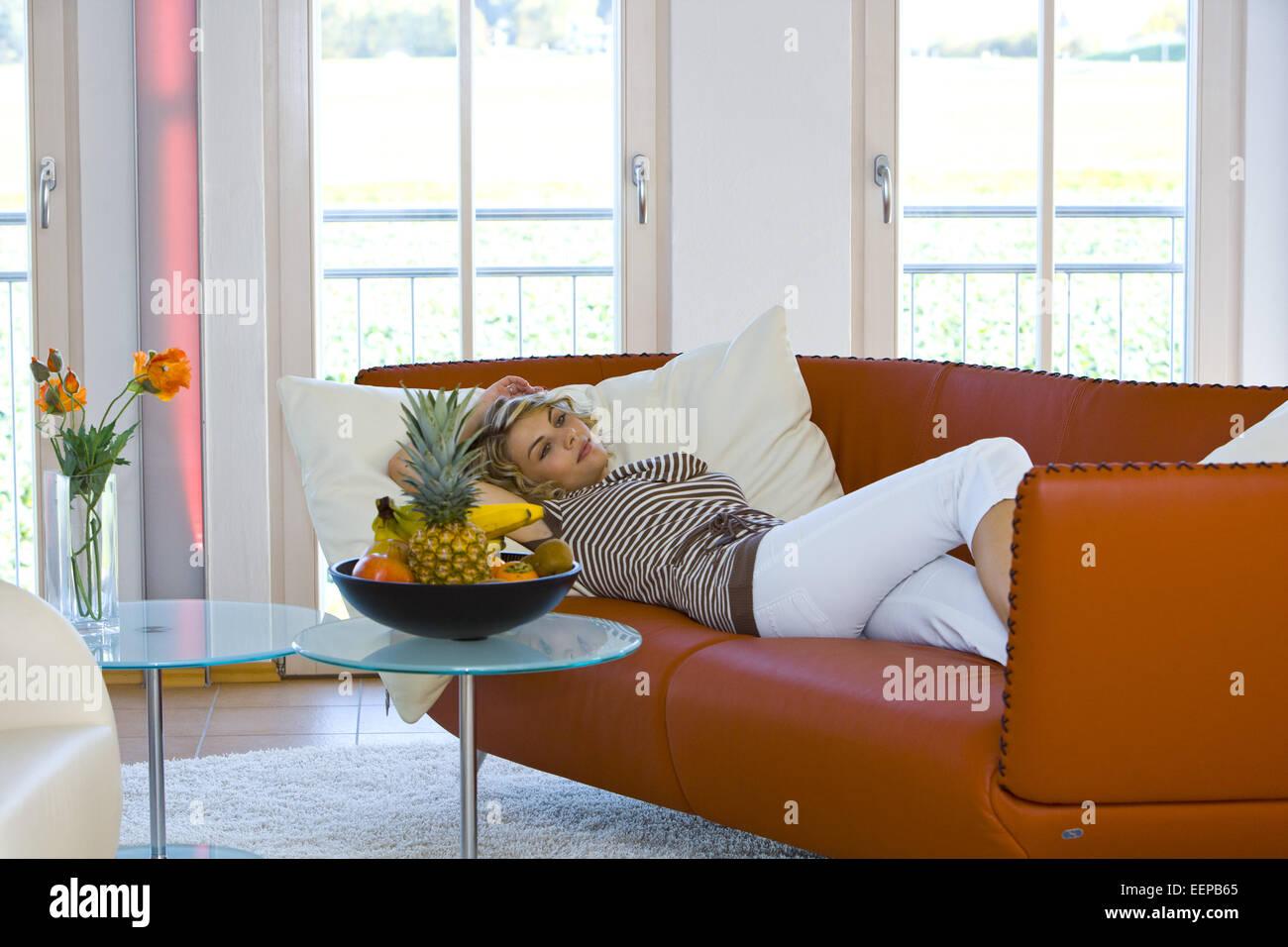 Lifestyle, 30-35, 30-40, Erwachsener, Frau, Freizeit, zu Hause, Innen, Portrait, Sympathisch, Natuerlich, Leute, - Stock Image