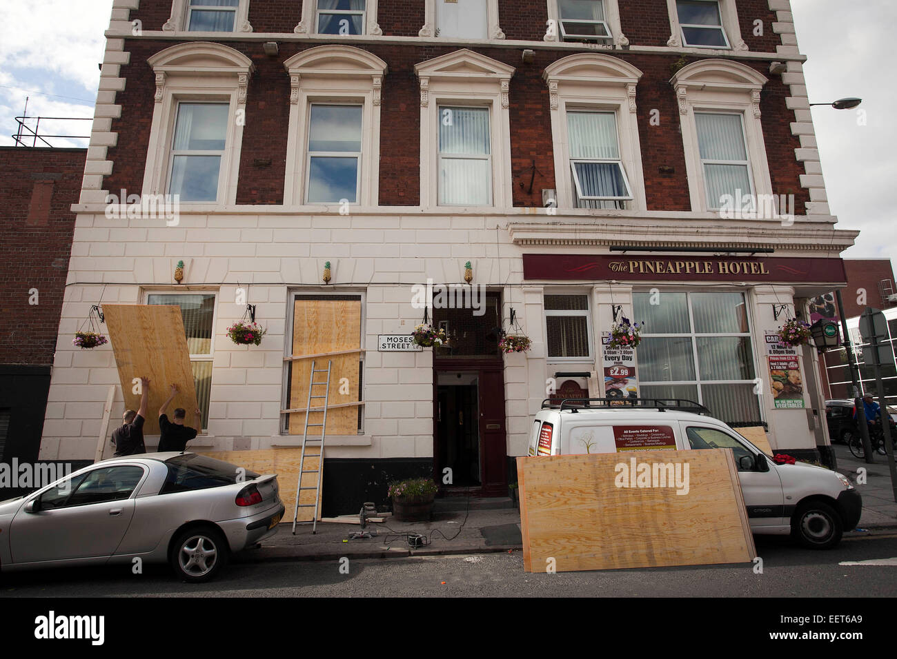 Toxteth , Liverpool , Tuesday 9/8/11 . Aftermath of riots  .  The Pineapple Hotel on Moses Street boards up as a - Stock Image