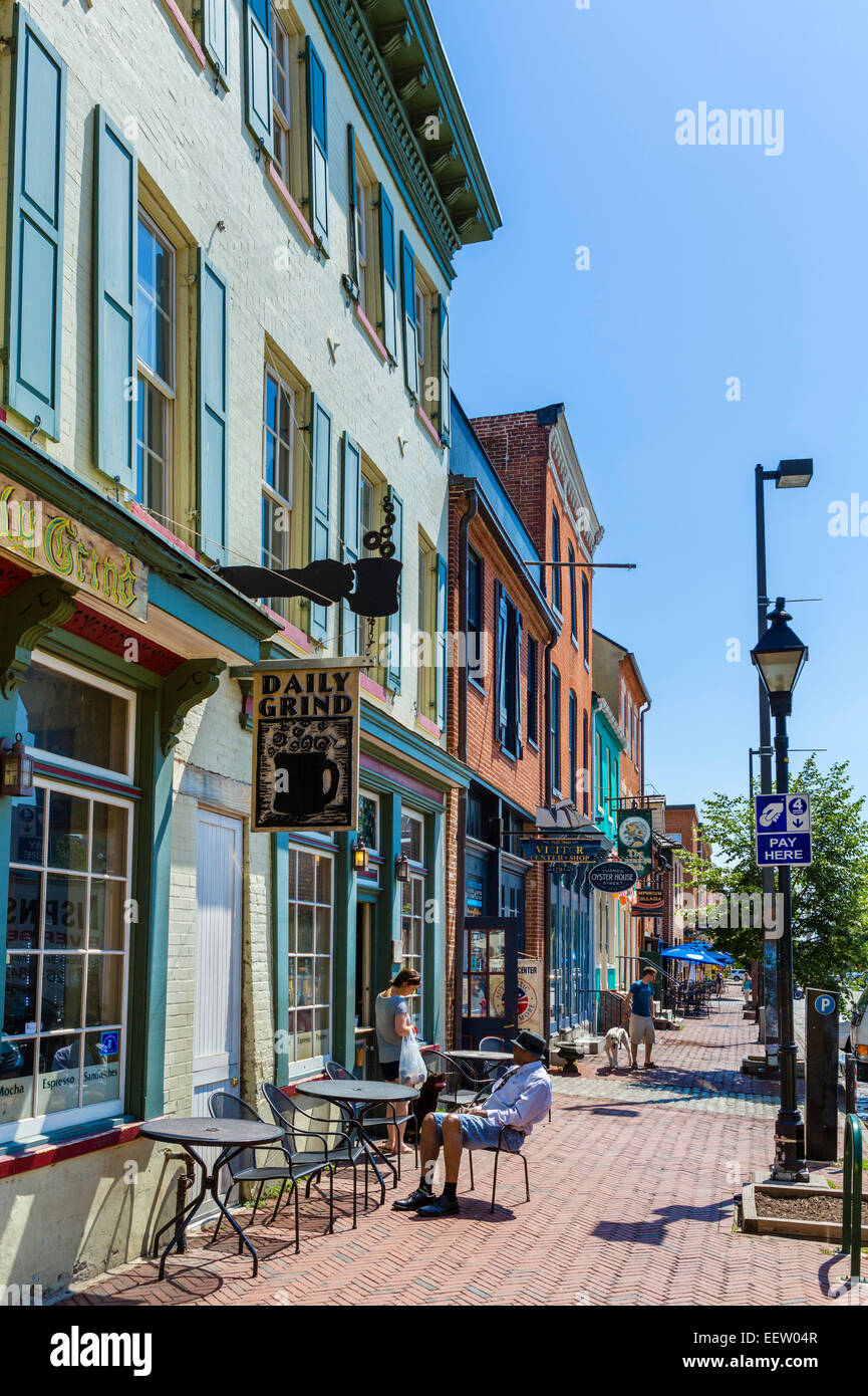 Shops, bars and restaurants on Thames Street in the historic Fell's Point district, Baltimore, Maryland, USA - Stock Image