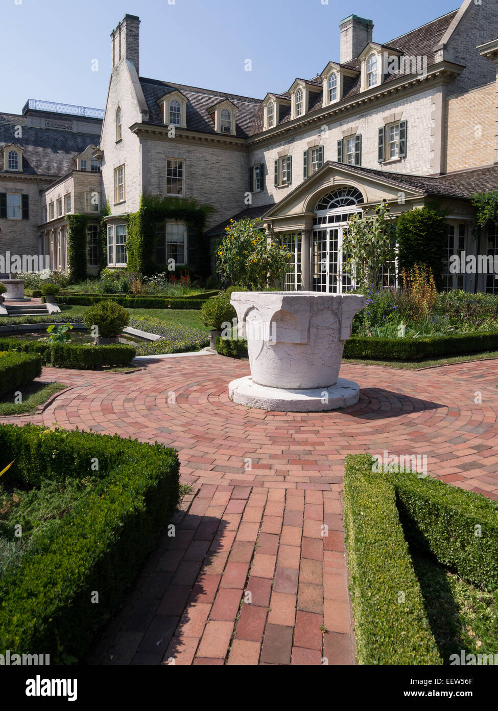 The West Garden fountain. The formal and geometric layout of Eastman House's west garden and the entrance to - Stock Image