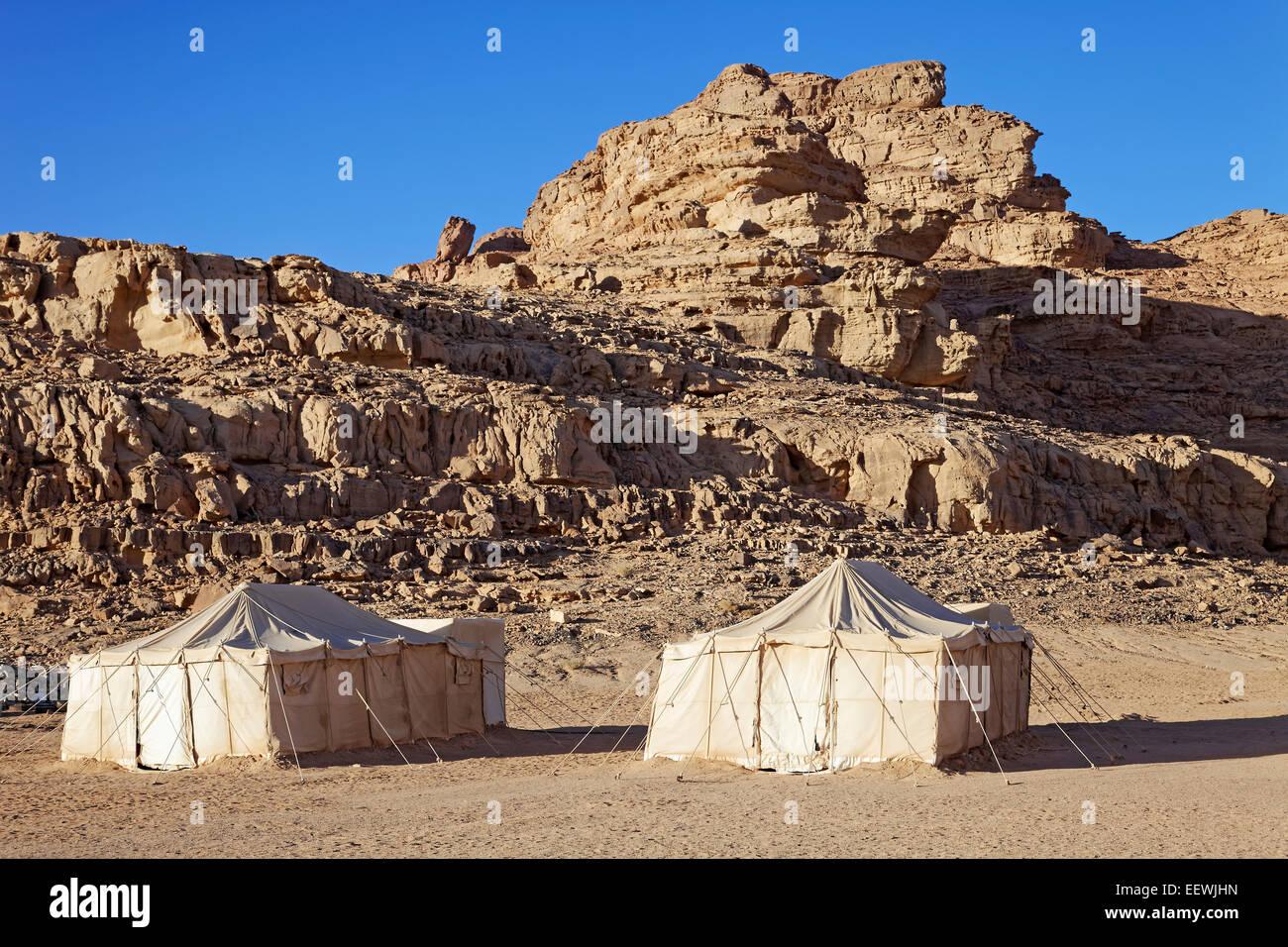 Tents, camp for tourists, rocks, Wadi Rum, Jordan - Stock Image