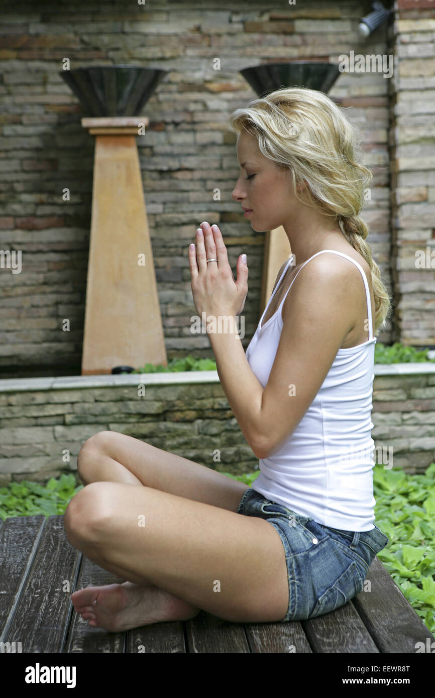 garten teich frau jung blond yogauebung 20 30 jahre. Black Bedroom Furniture Sets. Home Design Ideas
