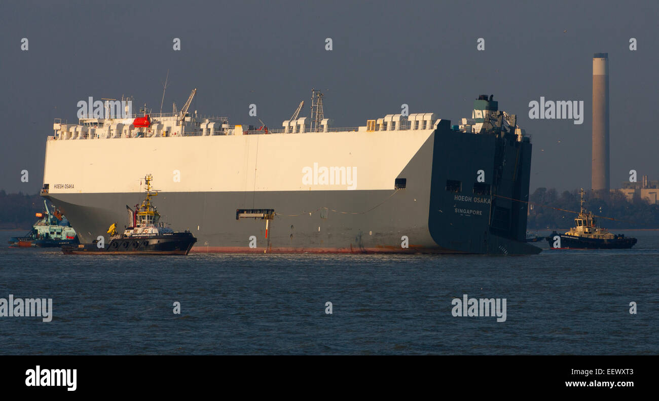 The Solent, Southampton, UK. 22nd January, 2015. Hoegh Osaka being towed into Southampton Hampshire UK after being - Stock Image