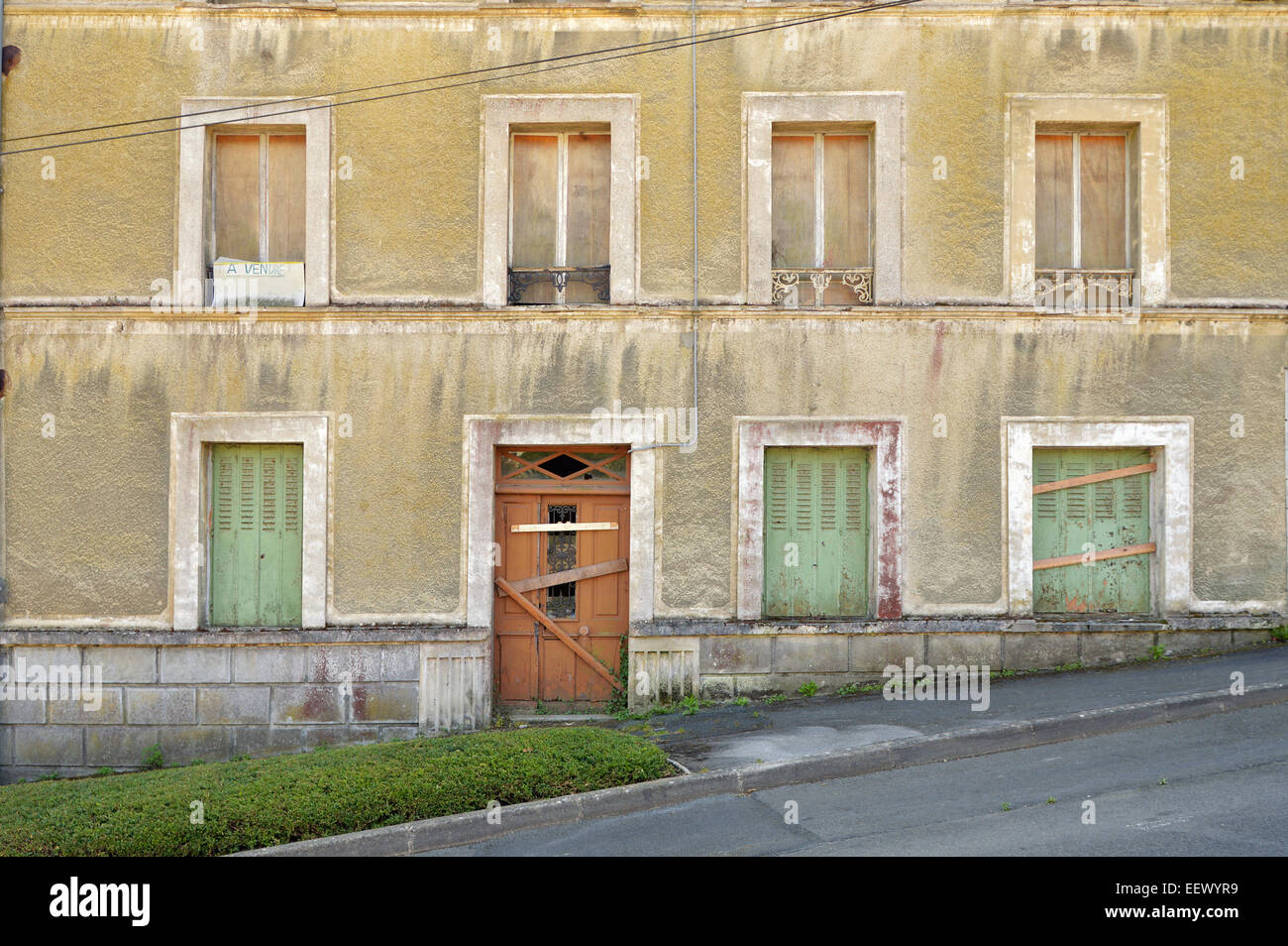 Handwritten sign, A Vendre, for sale on an expired house in the town of Saint Brieuc, Brittany - Stock Image