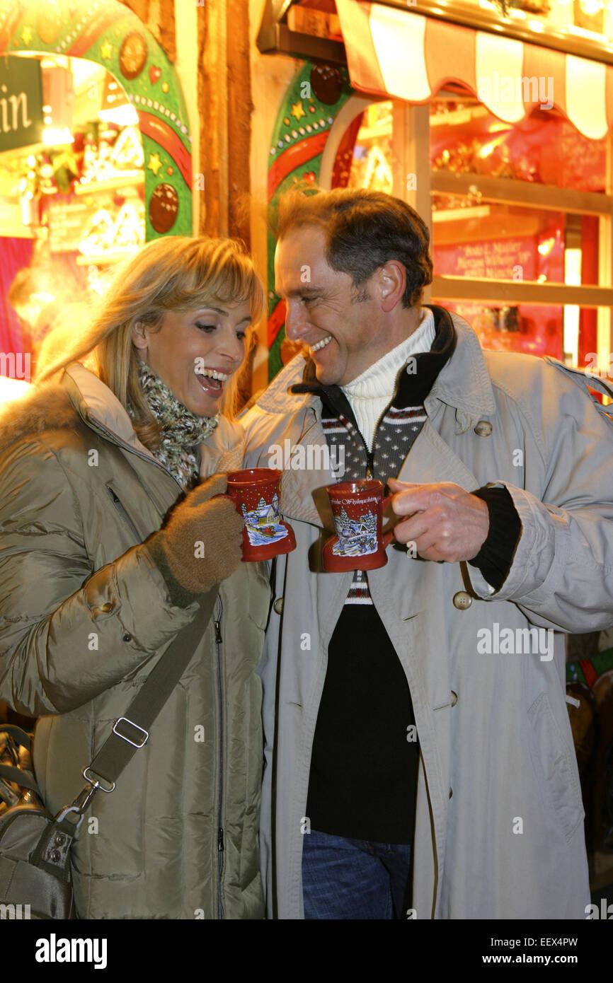Weihnachtsmarkt, Paar, Gluehwein, trinken, Christkindlmarkt Stock ...