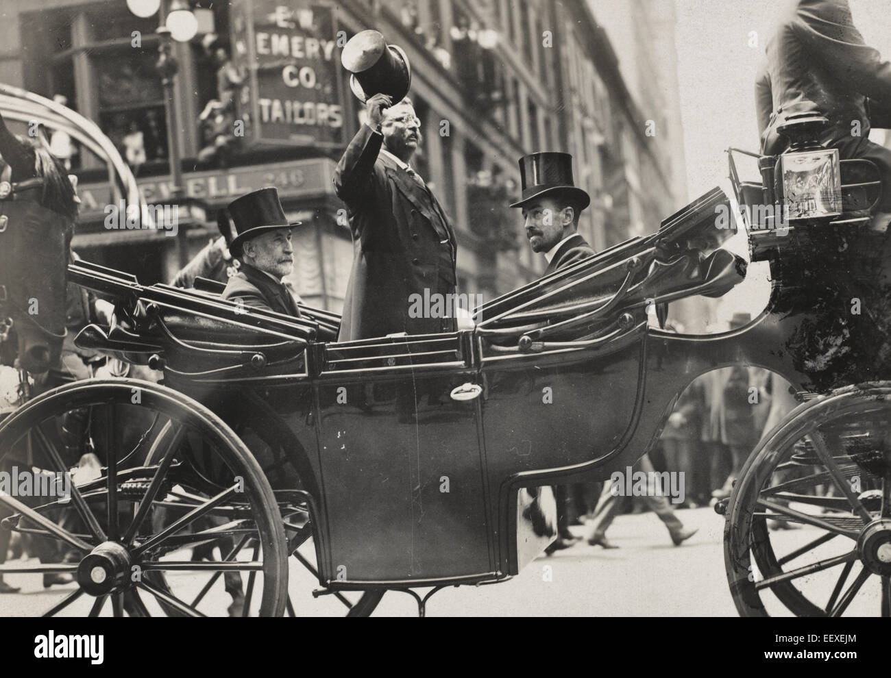Mayor Gaynor, Colonel Roosevelt and Cornelius Vanderbilt on 5th Avenue.  Theodore Roosevelt standing in a carriage - Stock Image