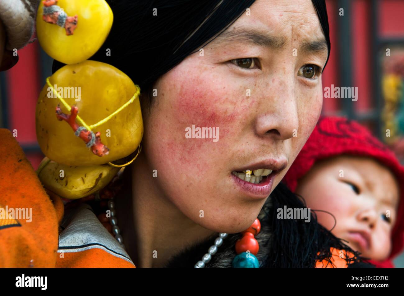 Portrait of a Tibetan woman from Eastern Tibet. - Stock Image