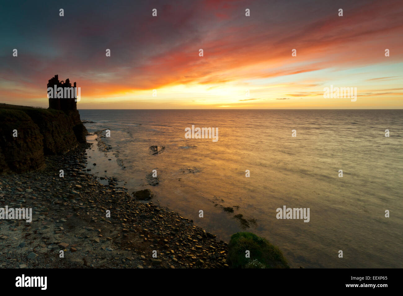 Sunrise at Keiss Castle, Caithness - Stock Image