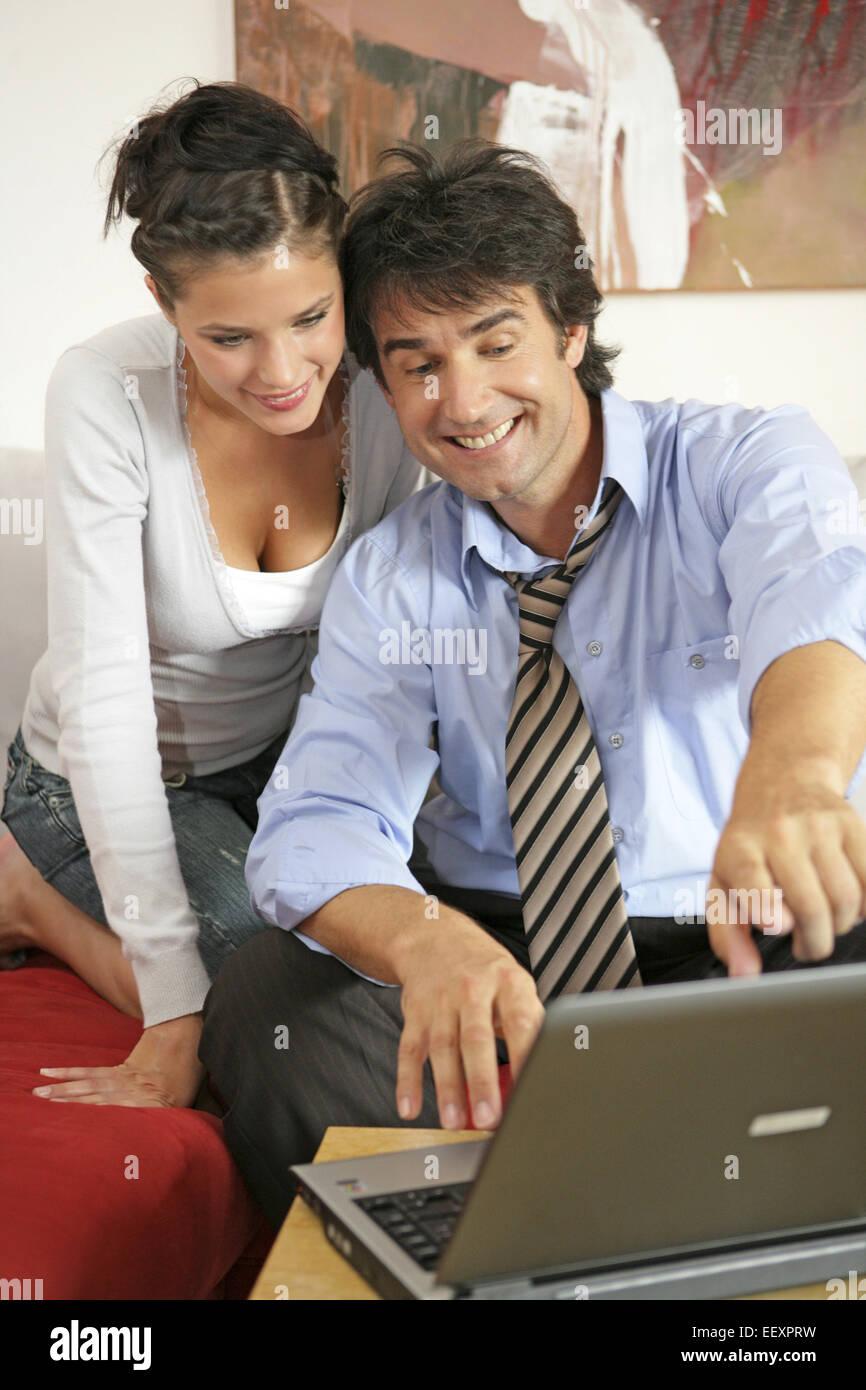 Mann, Frau, Paar, 20-30 Jahre, 30-40 Jahre, Arbeiten, Arbeitend, Beziehung, Beziehungen, Computer, Dunkelhaarig, - Stock Image
