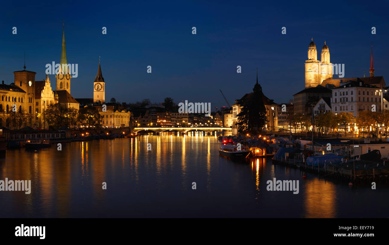 The old town of Zurich at night with the river Limmat, Switzerland. - Stock Image