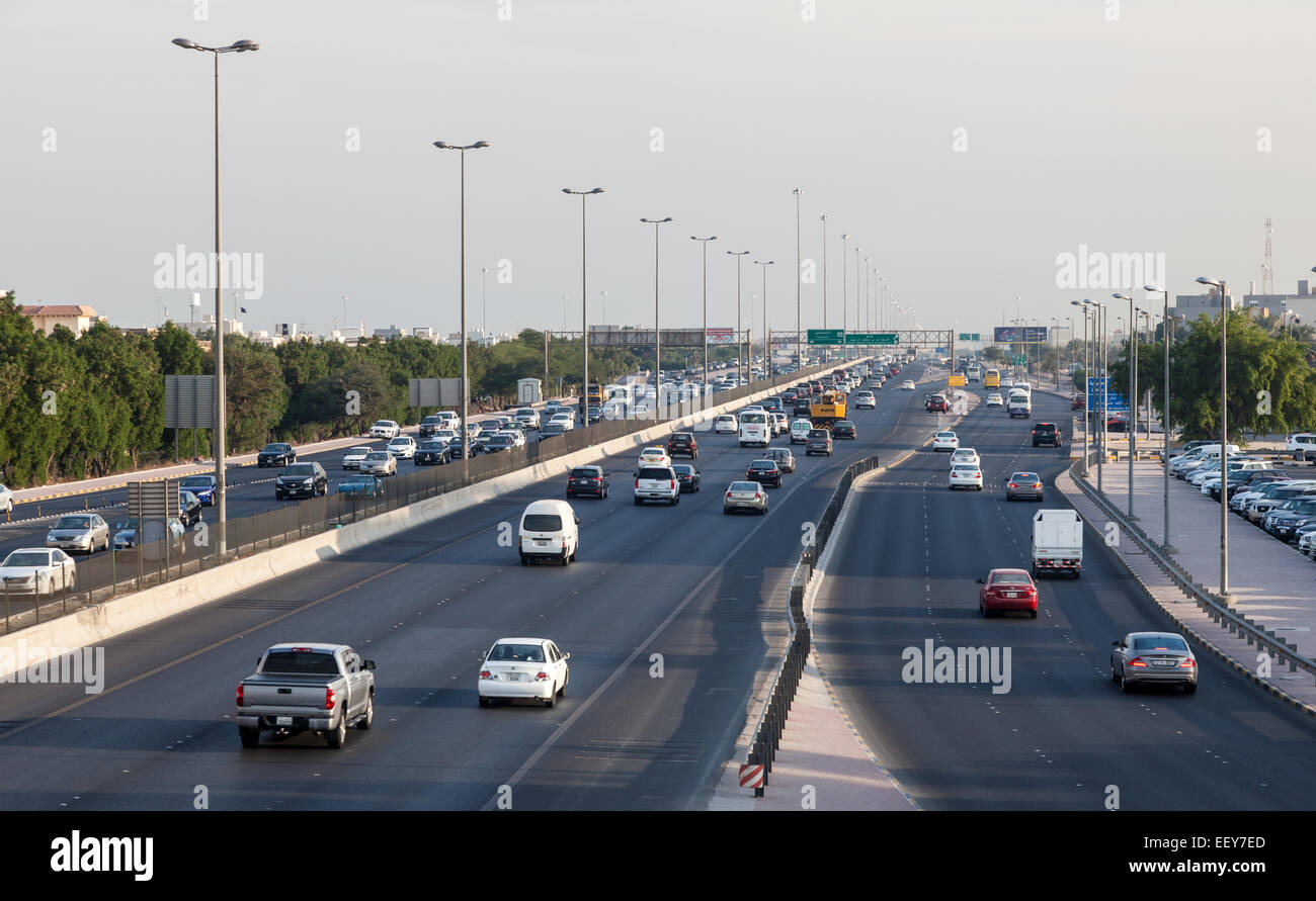 Traffic the city highway in Kuwait - Stock Image
