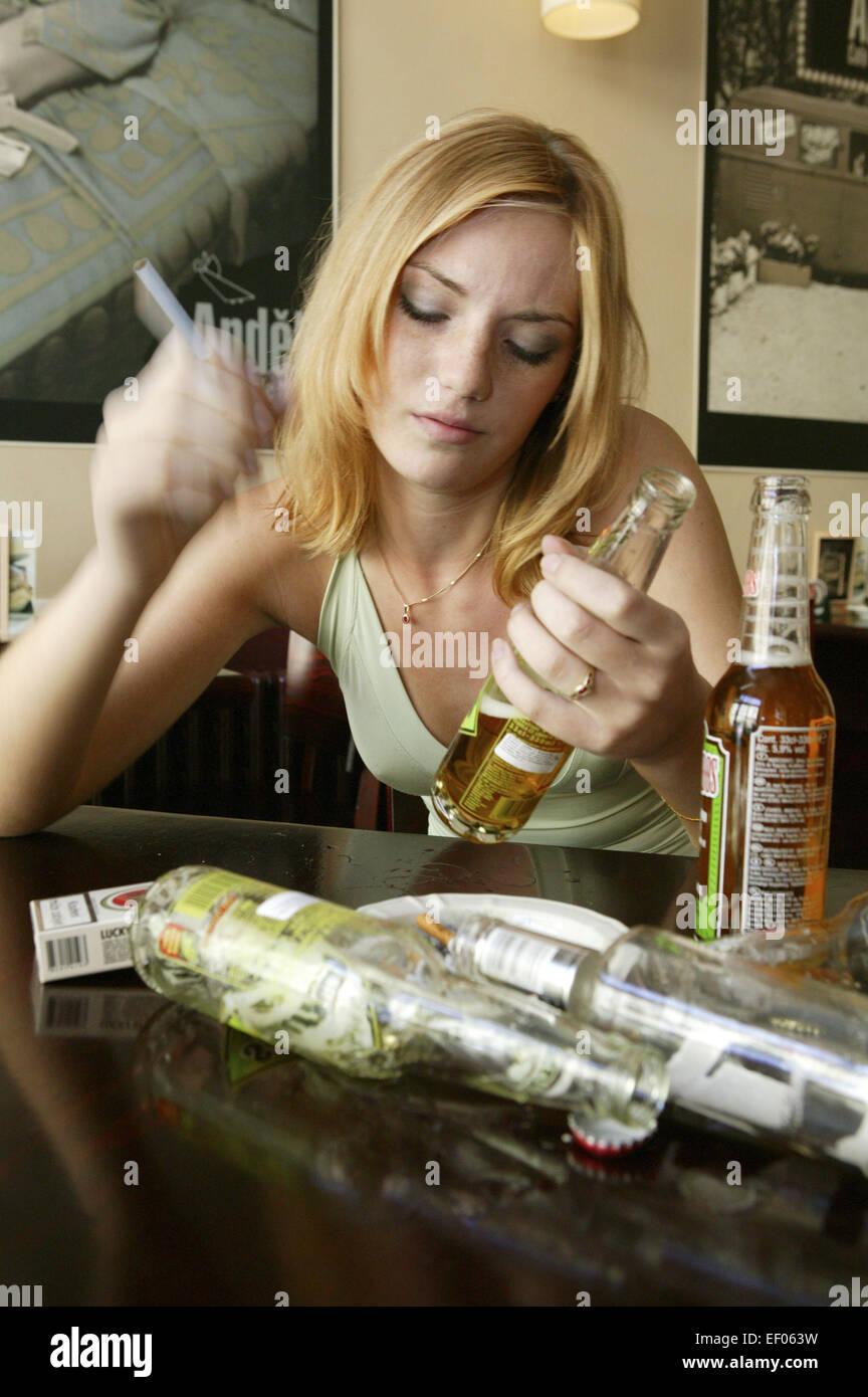 Kneipe Frau Jung Betrunken Trinken Alkohol Alkopops