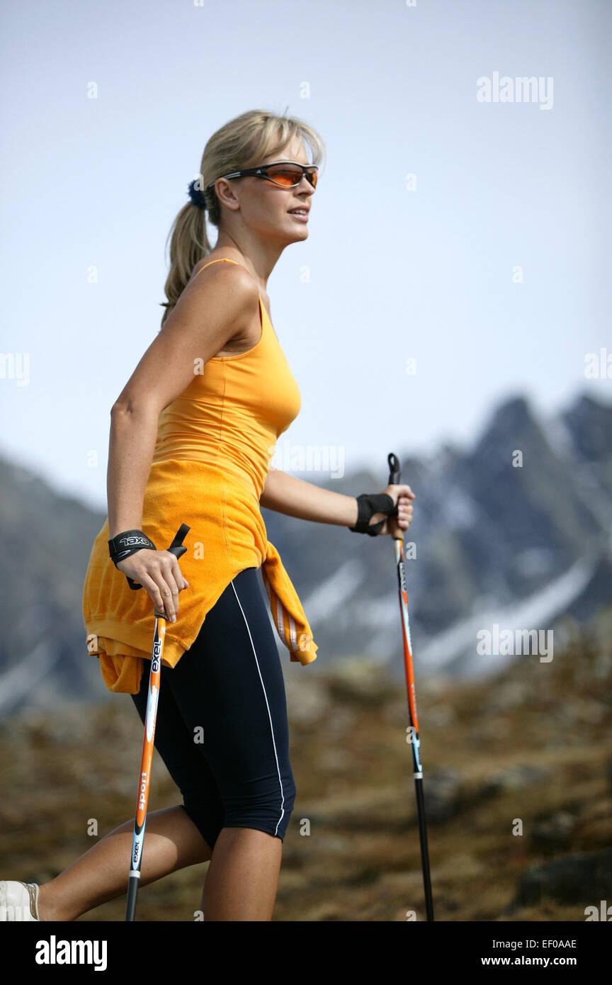 Frau Aussen Freizeit Hobby Laufen Laufsport Lifestyle Nordicwalking Sport Sportlich Jung Aktivitaet Aktiv Fitness - Stock Image