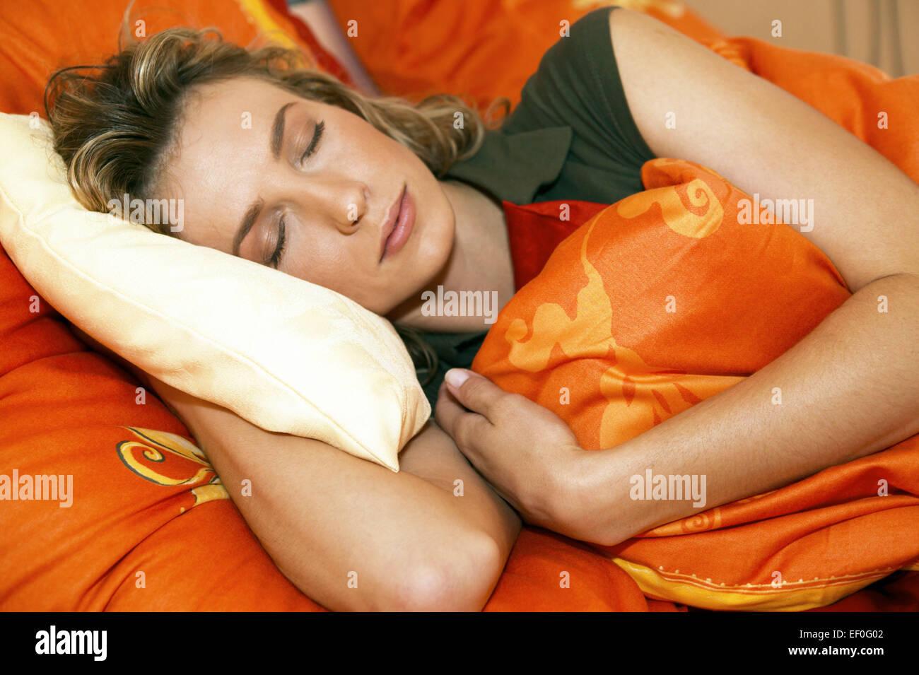 bbw Frau, die auf dem Bett sich entspannt