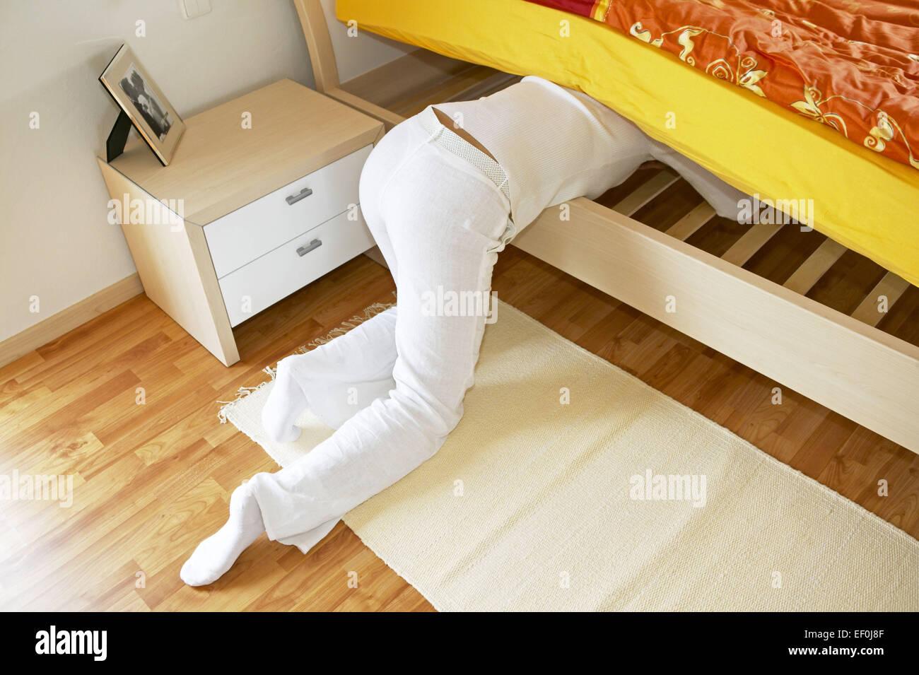 Welcher Fußboden Schlafzimmer ~ Schlafzimmer fussboden frau boden knien bett abstuetzen suchen