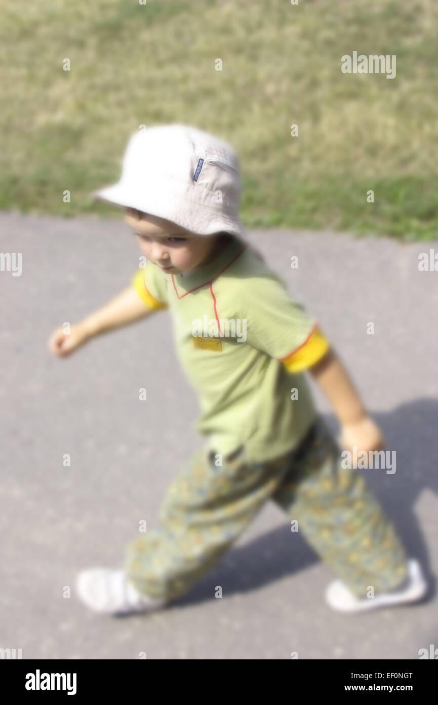 Strasse Junge Seitlich Sonnenhut Aussen Freizeit Freizeitbekleidung Freizeitkleidung Ganzkoerper Gehen Gehend Jugend - Stock Image