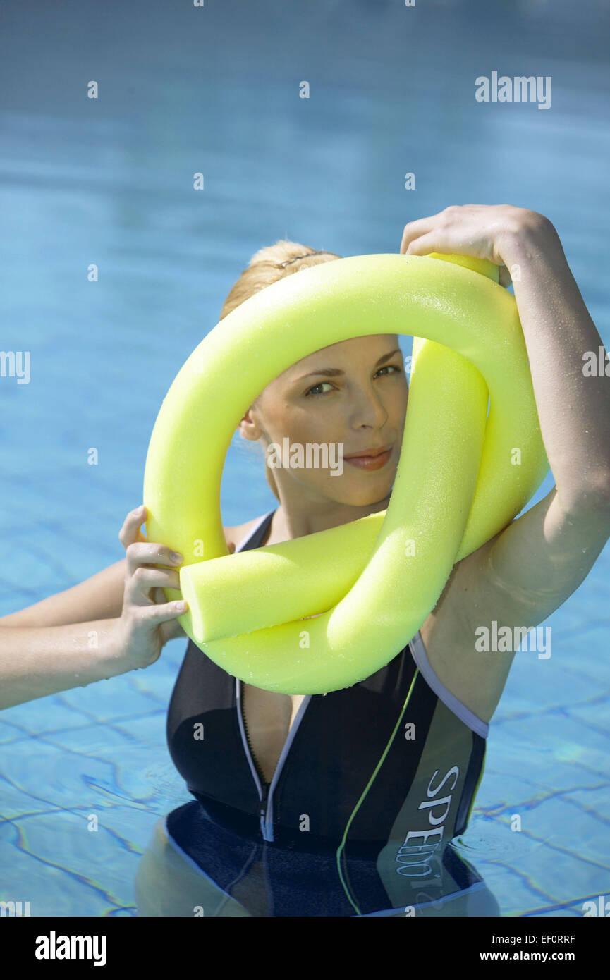 Wasserbecken Frau Jung Aquaaerobic Aquagymnastik Wassergymnastik Sport Freizeit Hobby Aktivitaet Portrait Fitness - Stock Image