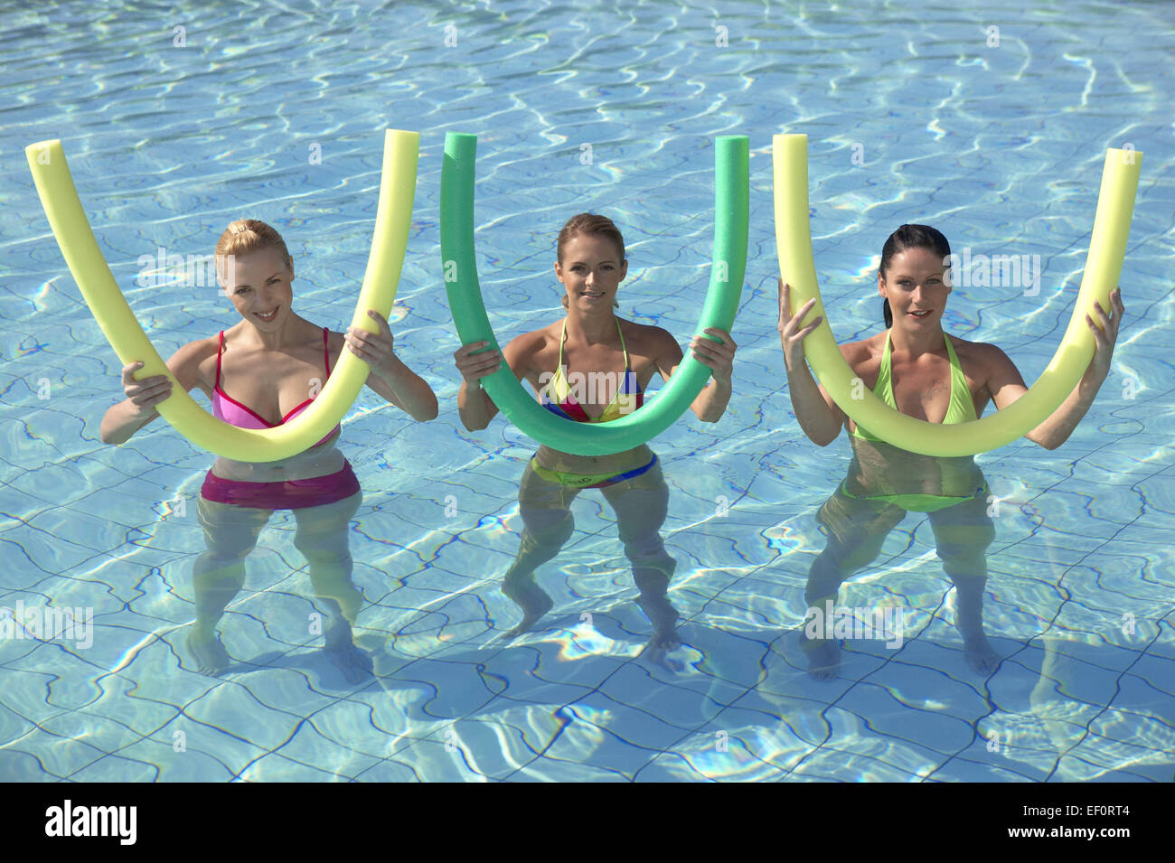 Wasserbecken Frau Frauen 3 Jung Aquaaerobic Aquagymnastik Wassergymnastik Sport Freizeit Hobby Aktivitaet Fitness - Stock Image