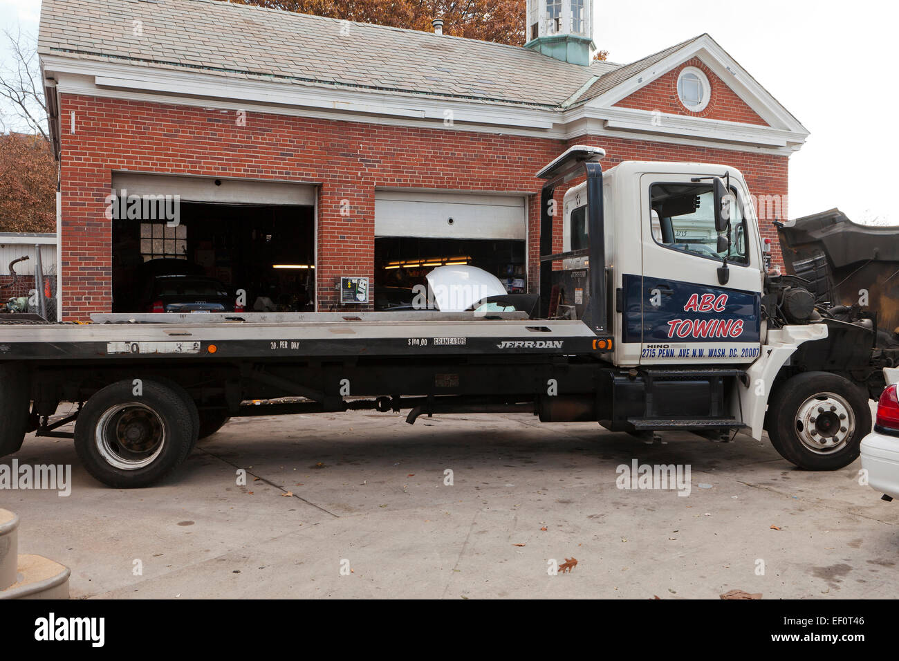 Flatbed Tow Truck High Resolution Stock Photography And Images Alamy