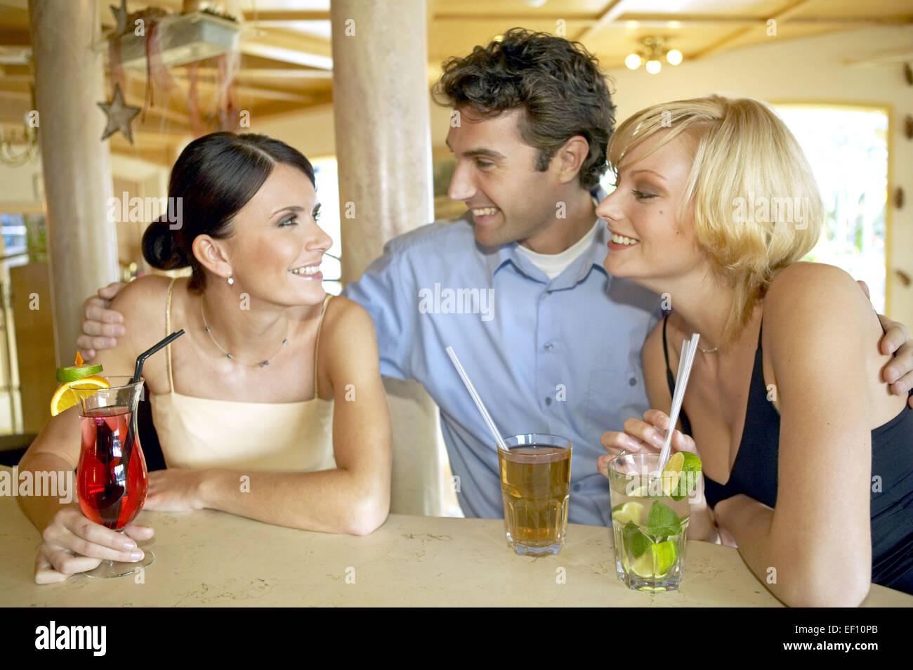 Mann berührt frau flirt Die Körpersprache des Mannes: So deutest du sie •