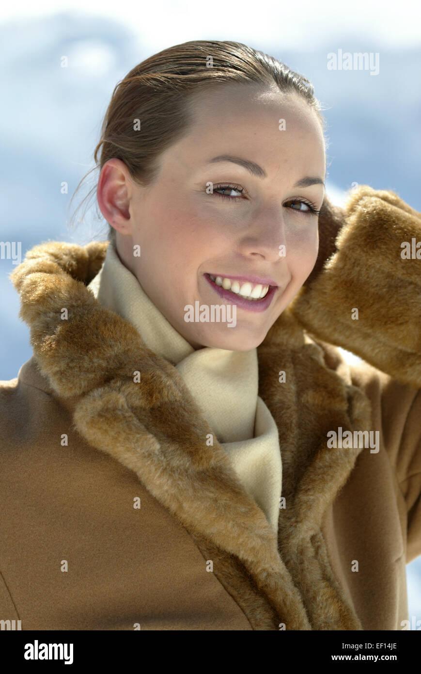 promo code 7c52b 2950b Elegante junge Frau in Wintermantel, mit Pelz, Schal , Frei ...
