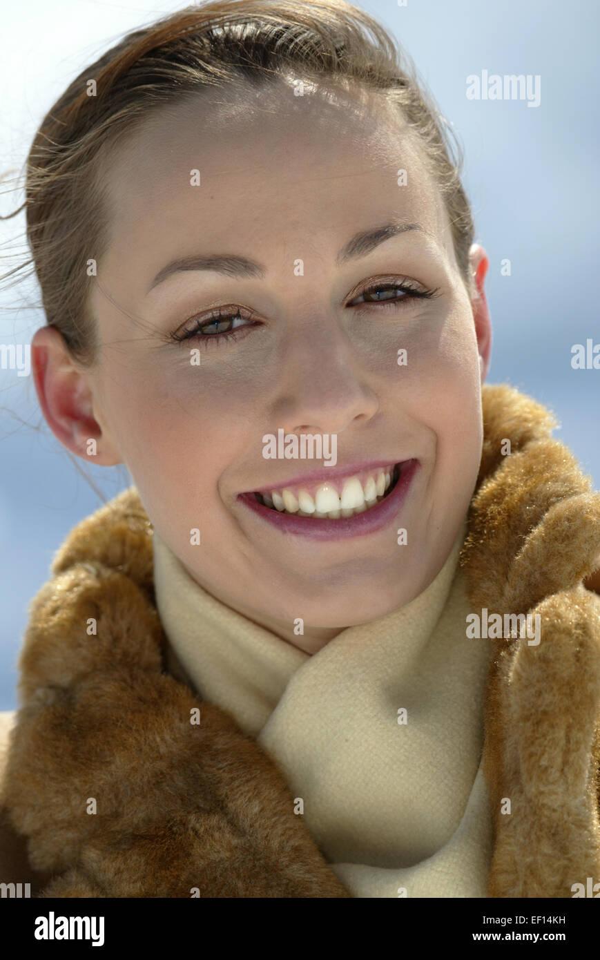 Frau PelzSchalFrei Junge In Elegante WintermantelMit PkuTXZiO