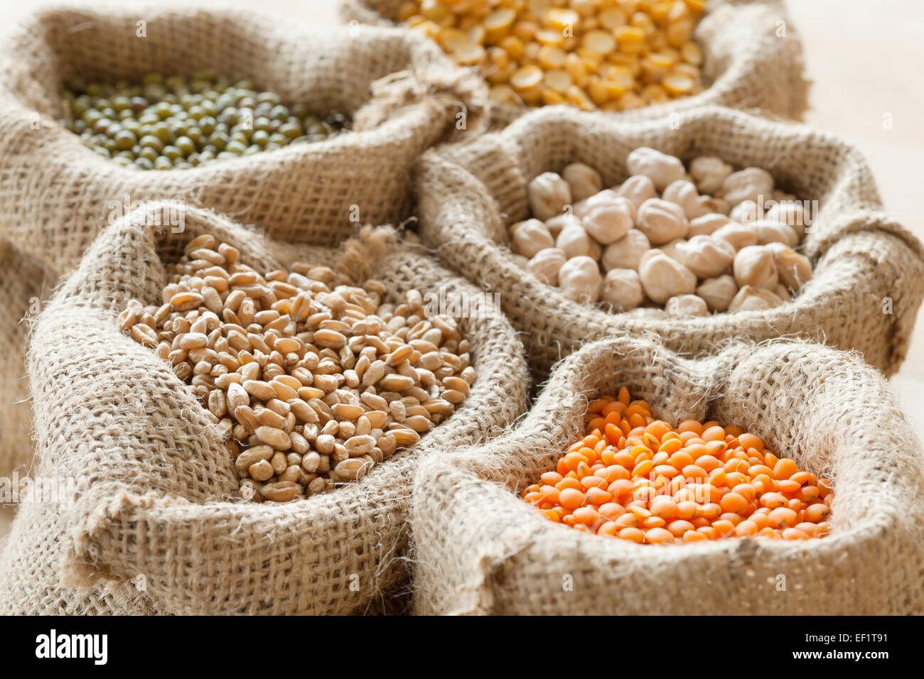 hessian bags with wheat, peas, chick peas, red lentils and green mung - Stock Image