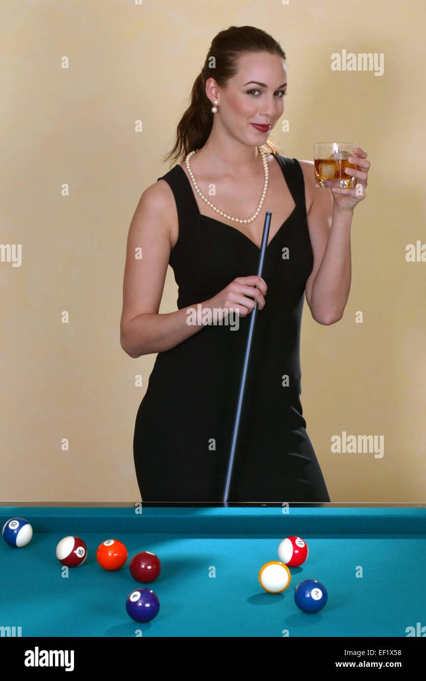Elegante Frau spielt Billard, Frei f∏r Werbung (Modellfreigabe) - Stock Image