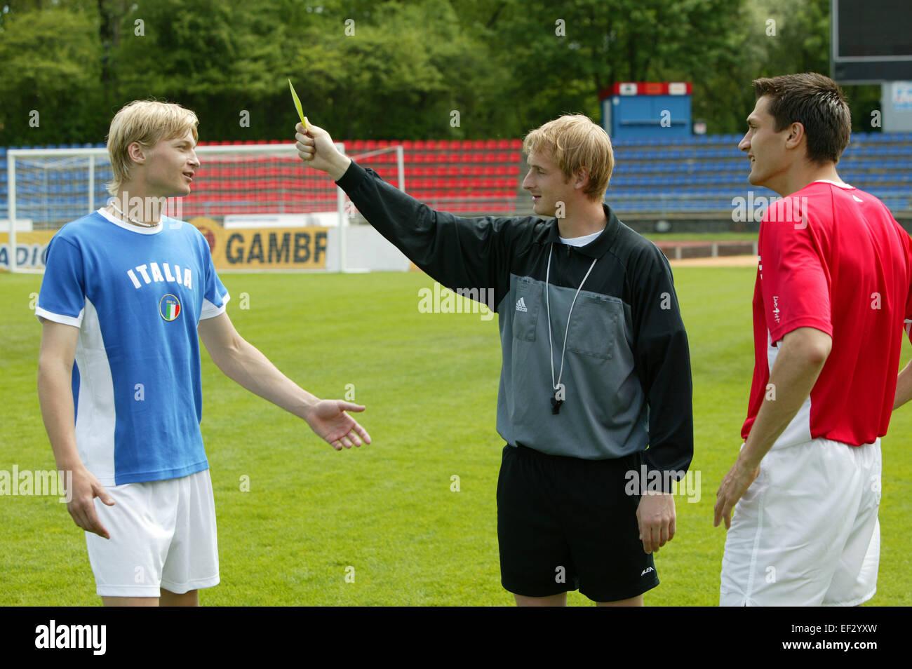 Sportstadion Fussballspieler Schiedsrichter Gestik Gelbe Karte Aussen Stadion Fu?ball Fussballspiel Spiel Sport - Stock Image