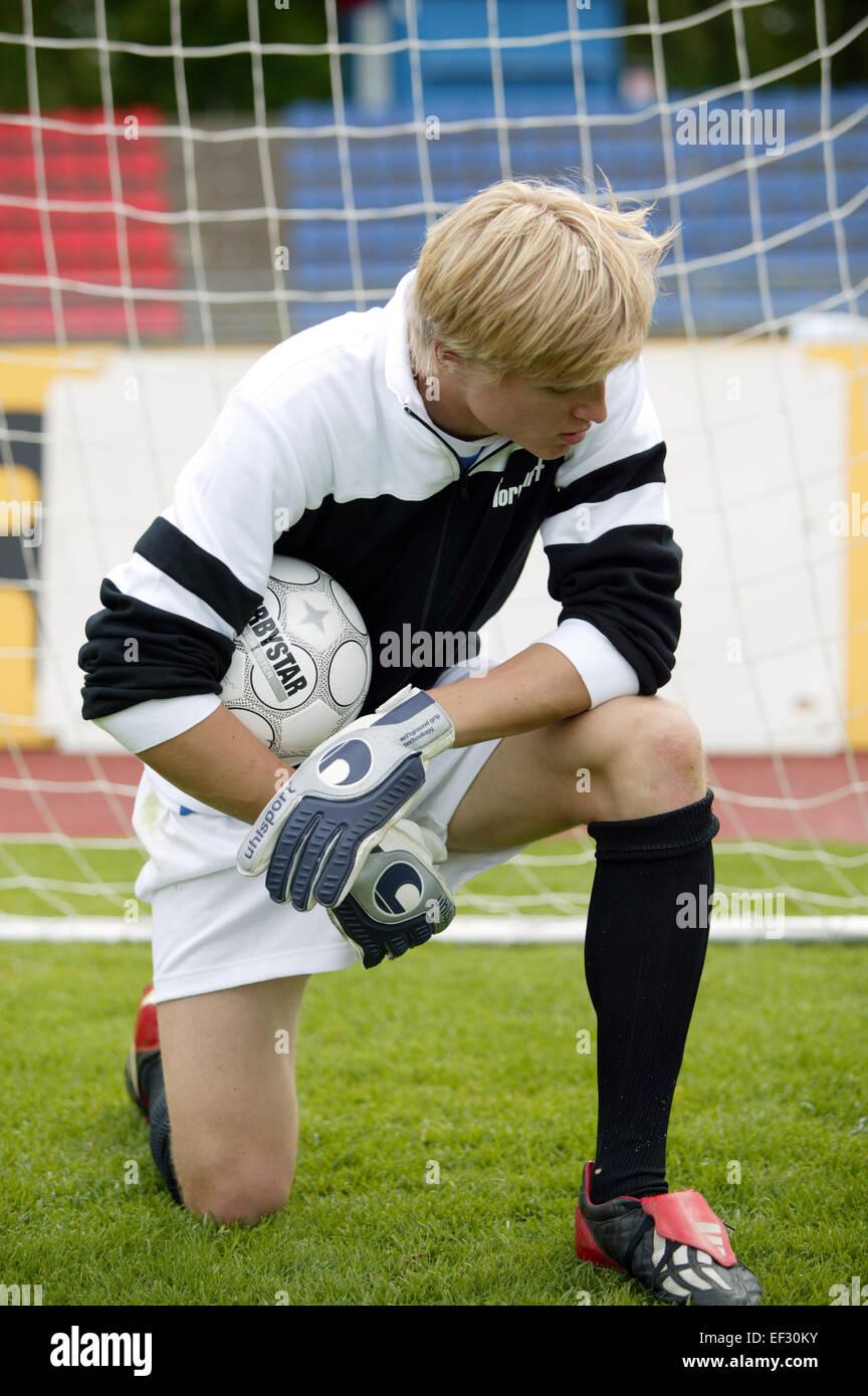 Fu?ball Fussball Spieler Torwart Torhueter Keeper Gestik Resigniert Resignation Knien Verlieren Verlierer Ballspiel - Stock Image