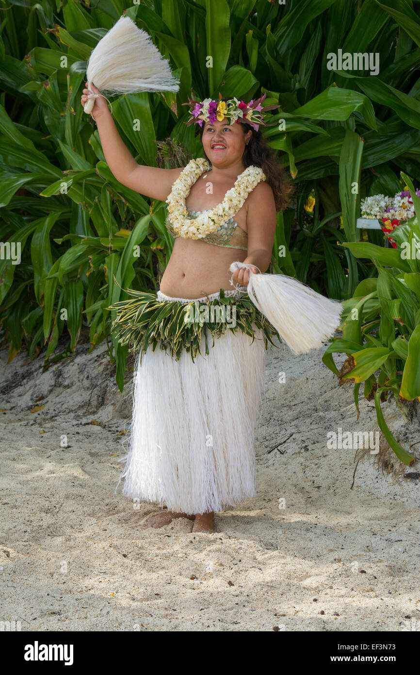 French Polynesia, Austral Islands, Raivavae. Polynesian welcome dance ceremony and folkloric show. Dancer on beach. - Stock Image