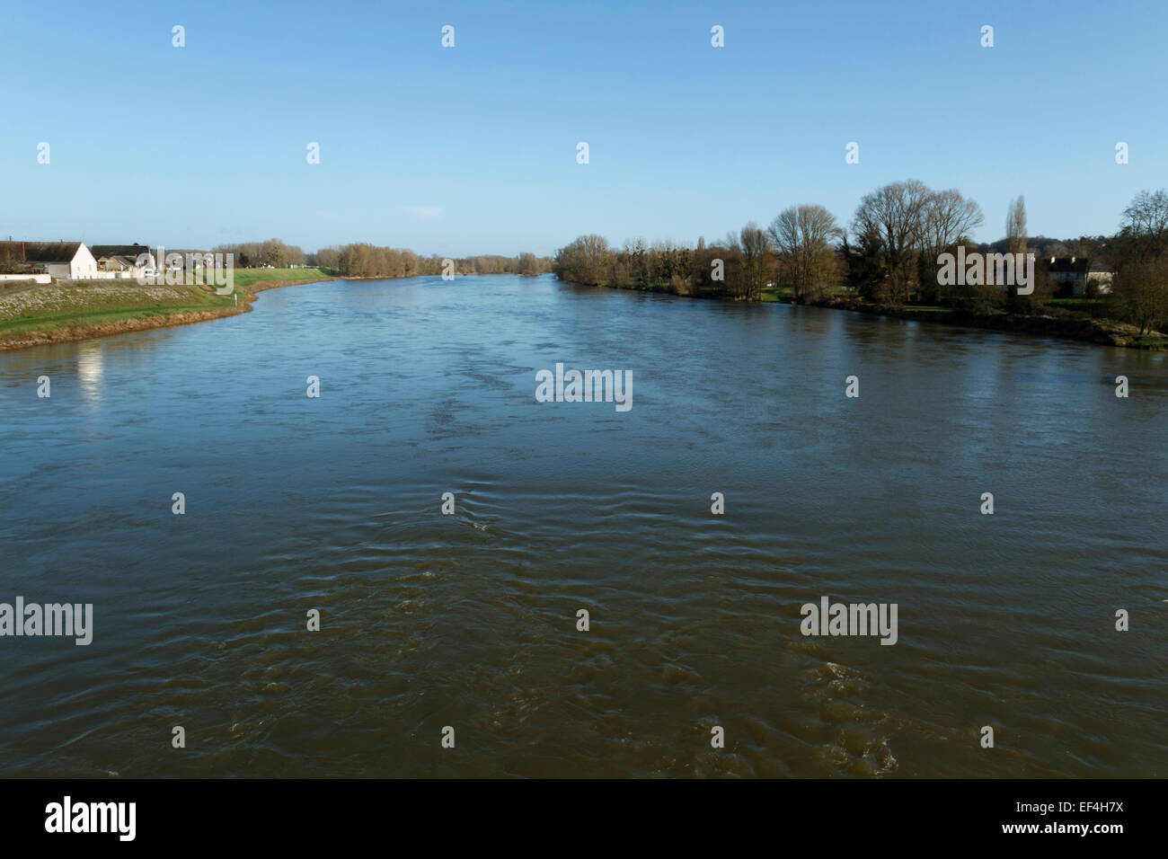 Countryside with water and houses, river Loire near Amboise, Indre et Loire, France. - Stock Image