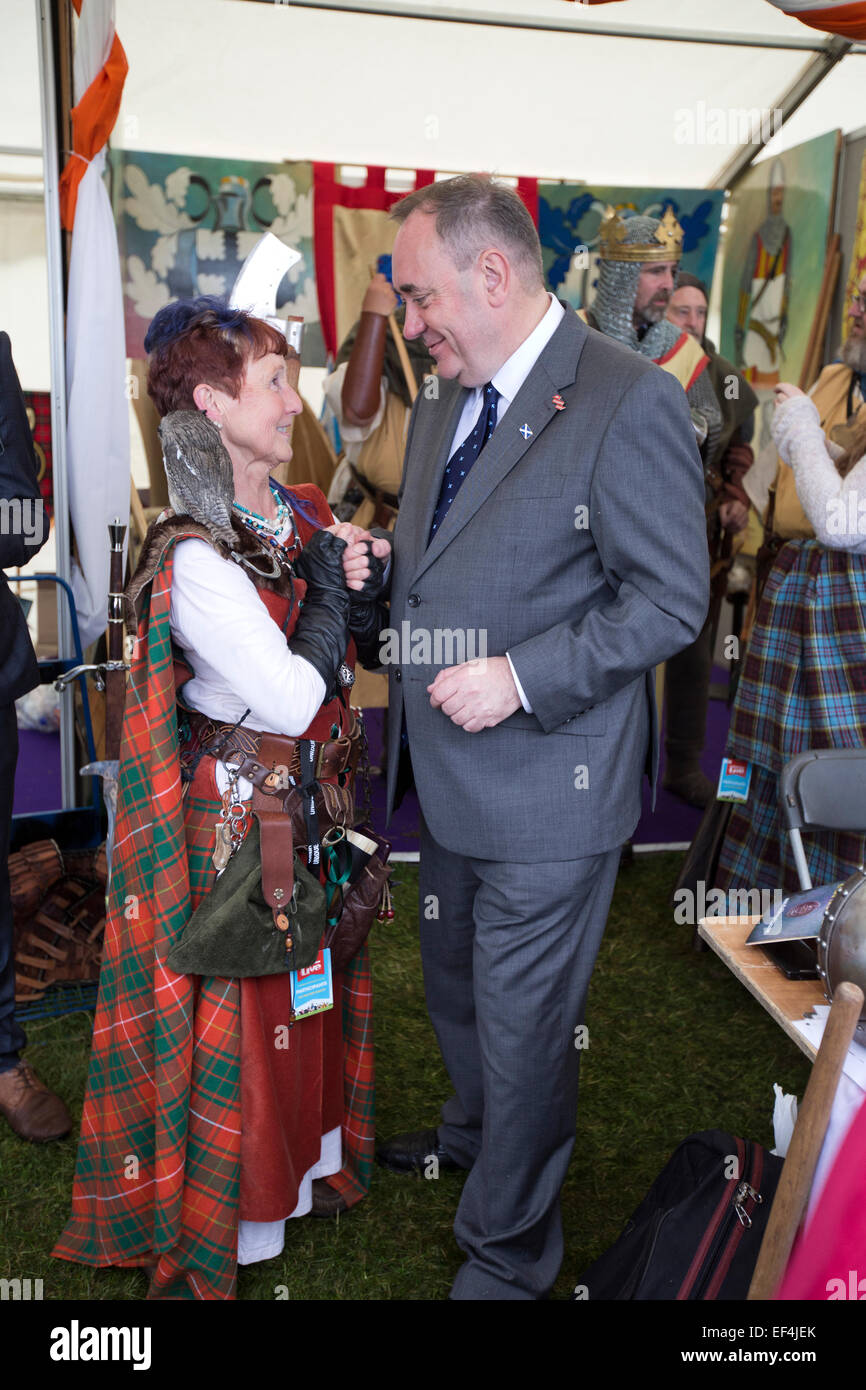 Scotland's First Minister Alex Salmond (right) shaking hands with a member of the public at the Bannockburn - Stock Image