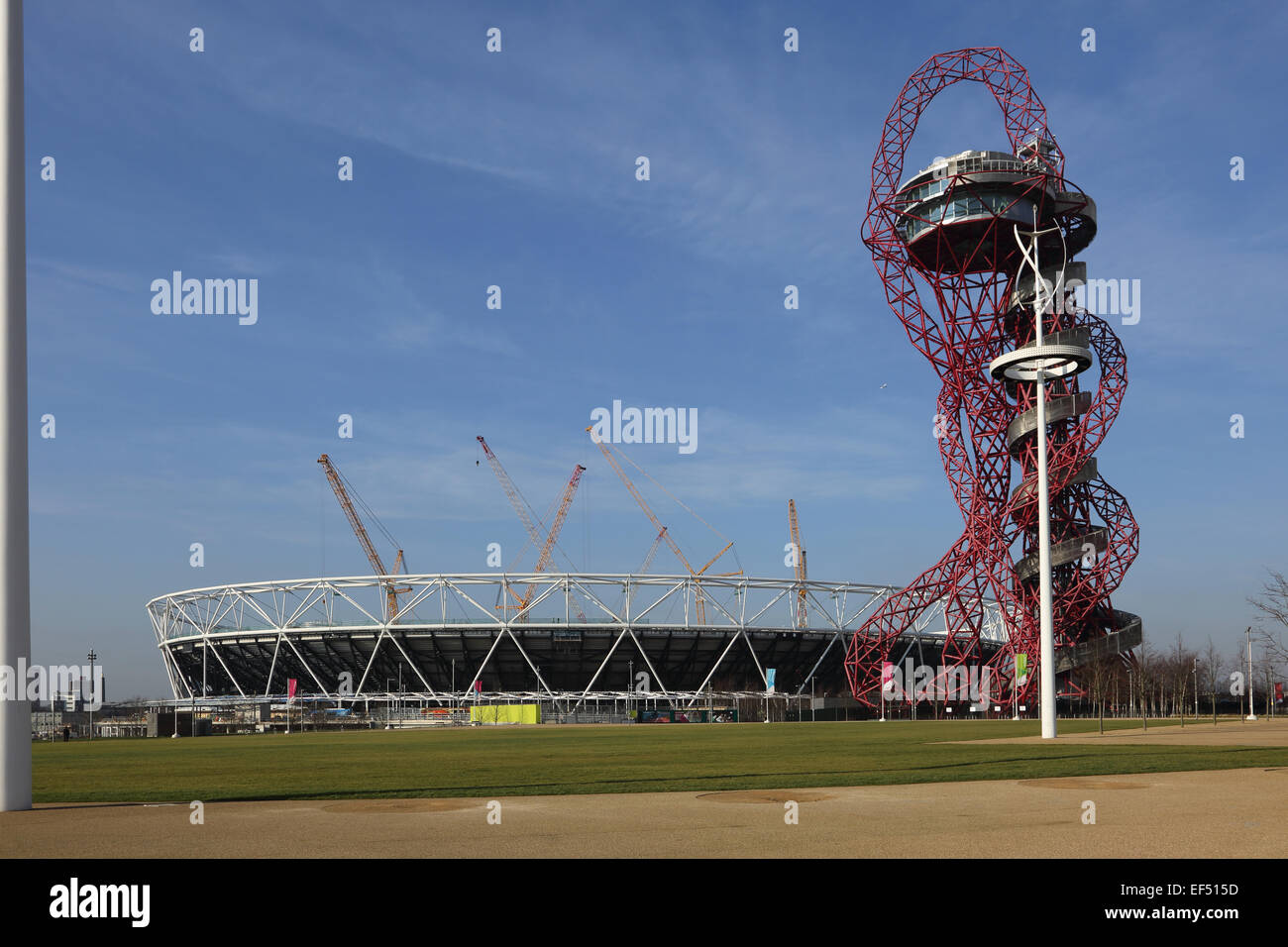 Reconstruction work to the London Olympic stadium. Also shows the ArcelorMittal Orbit observation tower. January 2015 Stock Photo