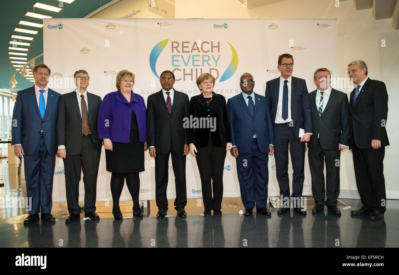 Berlin, Germany. 27th Jan, 2015. Federal Chancellor Angela Merkel (C) stands with Seth Berkley, CEO of Gavi, entrepreneur - Stock Image
