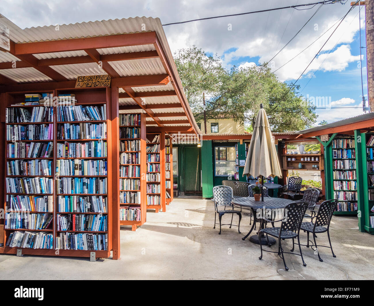 A view of the unusual outside bookshelves at Bart's Books, Ojai, California, USA. - Stock Image