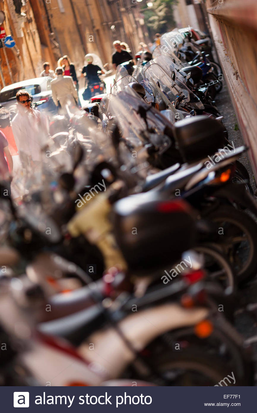 Line of mopeds and scooters in Rome - Stock Image
