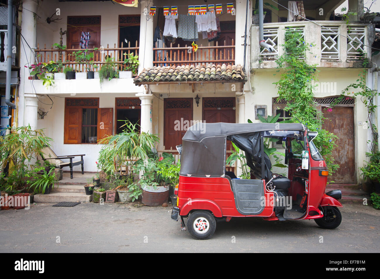 RICKSHAW PARKED OUTSIDE COLONIAL BUILDING IN GALLE FORT - Stock Image