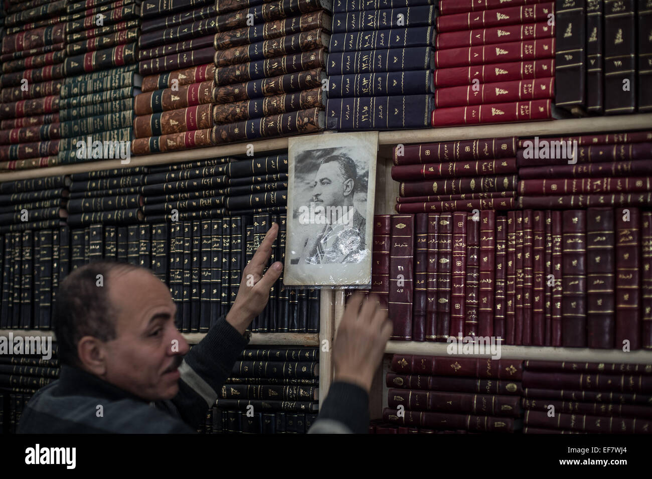 (150128) -- CAIRO, Jan. 28, 2015 (Xinhua) -- A man shows an old photograph of Egypt's former President Gamal - Stock Image