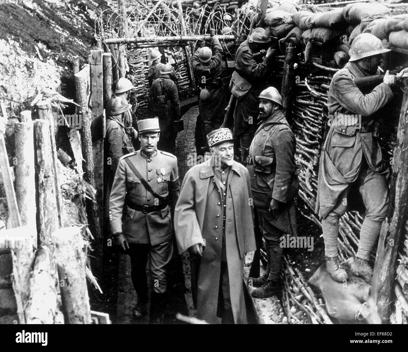 SOLDIERS IN TRENCHES PATHS OF GLORY (1957) - Stock Image